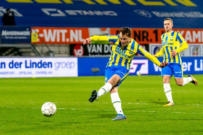 Het eerste doelpunt van Thijs Oosting in RKC-dienst in de maak. Hij heeft de hoek voor het uitzoeken en schiet de bal met links in de rechterhoek.