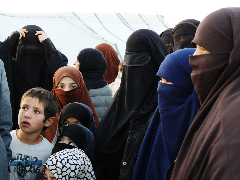 In Al Hol lopen de vrouwen gekleed in gezichtsbedekkende sluiers, ook voor jonge meisjes is dat al het geval. Beeld Bruno Struys