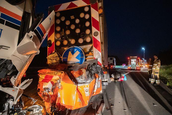 Grote ravage op de A1 bij Bathmen, nadat een vrachtwagen op een botsabsorber bij wegwerkzaamheden is gebotst.