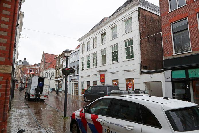 De politie doet onderzoek in de Westwagenstraat in Gorinchem, waar maandagochtend vroeg brand uitbrak en door omwonenden explosies zijn gehoord.