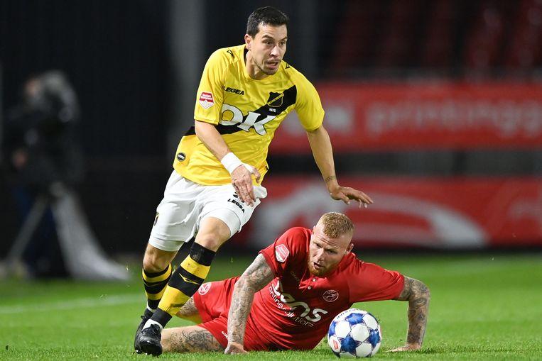 Thom Haye (NAC Breda) in duel met Thomas Verheydt van Almere City FC. Beeld BSR Agency
