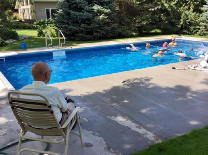 Eenzame weduwnaar 94 bouwt zwembad voor hele buurt in for Zwembad achtertuin