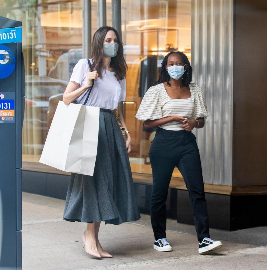 Angelina Jolie aan het shoppen met dochter Zahara in New York.