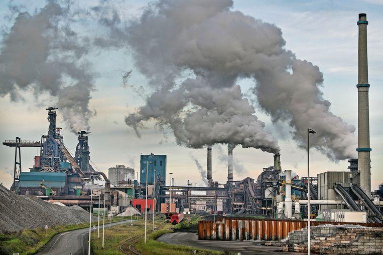 Tata Steel ligt al twee jaar onder vuur door de overlast die het keer op keer veroorzaakt in de nabije omgeving en vanwege het overtreden van vergunningen. Beeld Guus Dubbelman / de Volkskrant