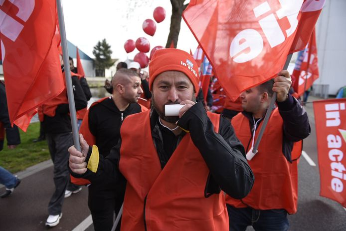 Distributiemedewerkers van Jumbo staken in Veghel voor een betere cao.