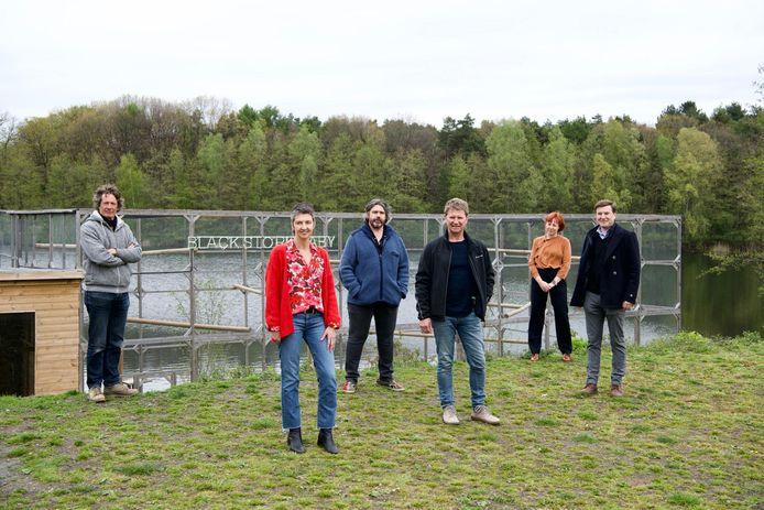 Truiens kunstenaar Koen Vanmechelen lanceert een debatserie rond zwarte ooievaars in gevangenschap. Het thema migratie is als eerste aan de beurt.