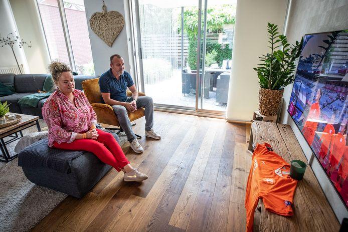 René en Chantal kijken thuis naar de wedstrijd van de Oranjevrouwen.