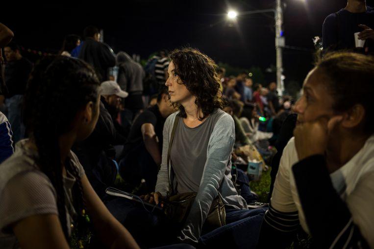 In gesprek met migranten in El Salvador die in karavaan richting VS trekken, richting een beter leven, hopen ze.  Beeld Victor Peña
