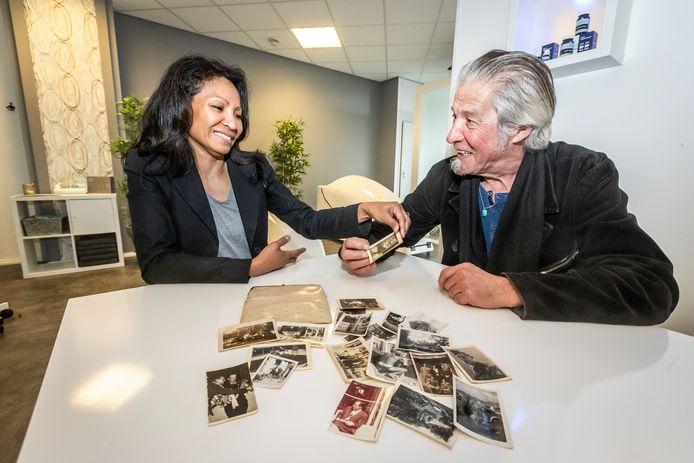 Lucenda Hilt-Tuwanakotta bekijkt met Willem van de Rijdt de foto's van zij vader in de portemonnee die zij had gevonden.