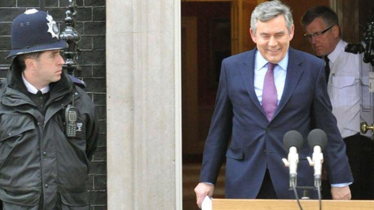De Britse premier Brown op weg naar de microfoon voor een verklaring waarin hij zijn aftreden als partijleider bekend maakte. (AP) Beeld