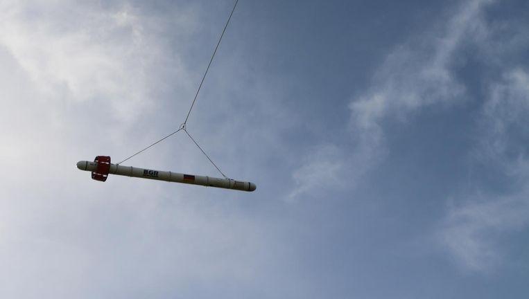De container met meetapparatuur onder de helikopter. Beeld BGR