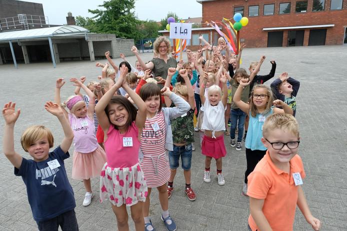 De stad Antwerpen heeft een kleine 500.000 euro uitgetrokken om tegen 1 september in zeven basisscholen extra capaciteit te creëren.  Foto: sfeerbeeld van de eerste schooldag van vorig jaar in een Antwerpse basisschool.
