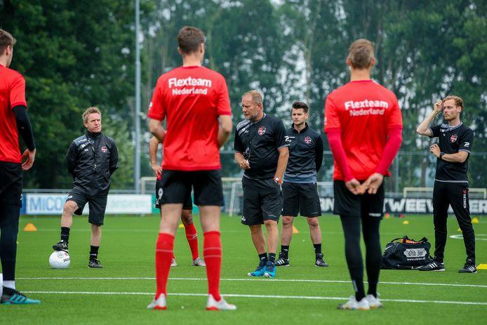 Jan de Jonge geeft uitleg tijdens de training van De Treffers. Links: zijn nieuwe assistent Francois Gesthuizen.