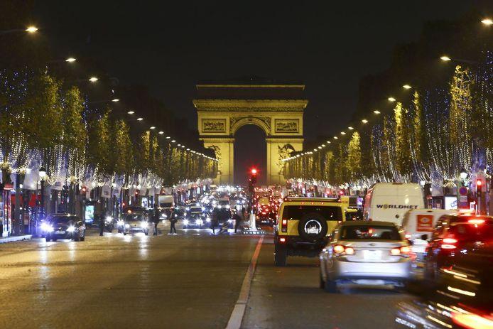 """De Champs-Elysées in Parijs. """"Veel plaatsen in drukke steden zijn niet bereikbaar met de wagen. Onze vouwfiets kan helpen"""", zegt Bjorn."""
