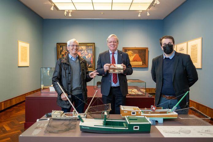 Het Stadsmuseum laat je de traditie van het palingvissen (her)ontdekken: Maurits de Smedt, Koen de Vriese en Rik Verwaest bij een scheepsmodel van de Lierse Kruisnetvisser