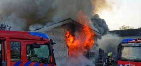 Uitslaande brand op woonwagenkamp in Enschede