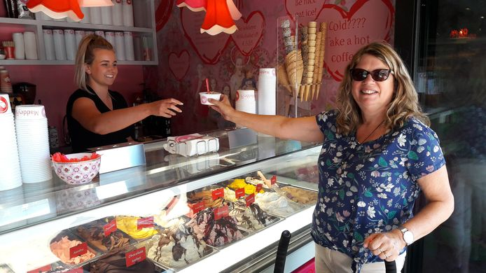 IJssalon Maddey's, onderdeel van de nieuwe bakkerij Nagelkerke in de Dorpsstraat te Halsteren, opende donderdag de deuren. De Bergse Ineke Kok (rechts) bestelt een ijsje bij verkoopster Liza Smaal.