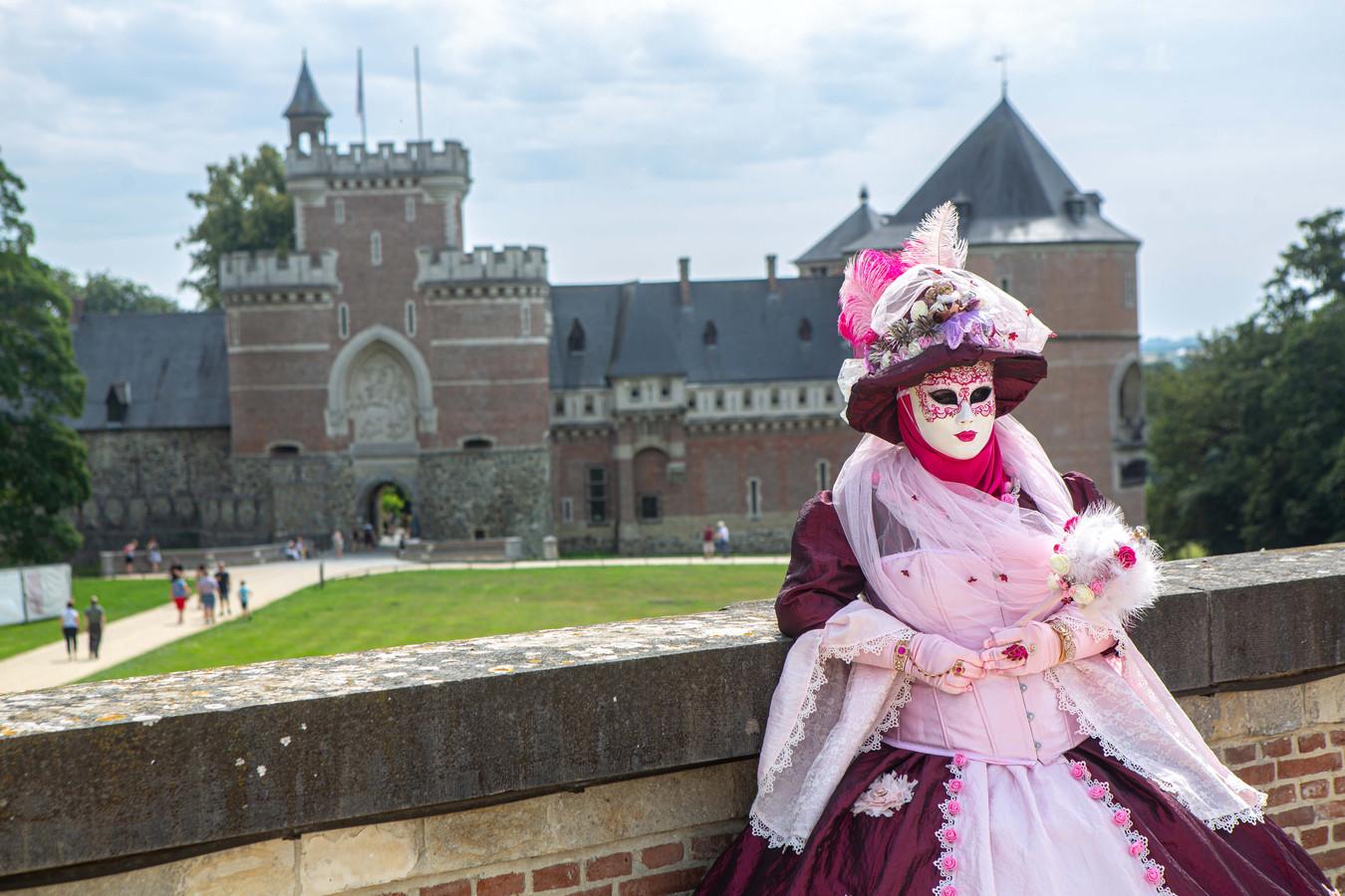 Afgelopen zomer gingen leden van Regards Vénitiens met hun Venetiaanse kostuums nog gretig op de foto voor de vele bezoekers in de museumtuin van het Kasteel van Gaasbeek.