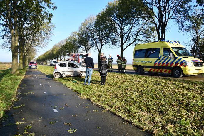 De automobilist is per ambulance afgevoerd naar het ziekenhuis.