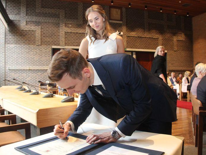 Wielrenner Japser De Buyst en Gaia De Pauw beloofden elkaar eeuwige trouw in het gemeentehuis van Erpe-Mere.