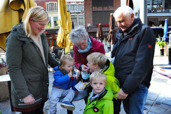 De Duitse familie Brüggemann uit Duisburg geniet noodgedwongen op straat van een portie poffertjes, voor de gesloten terrassen en cafés aan het Tympaanplein in Middelburg.