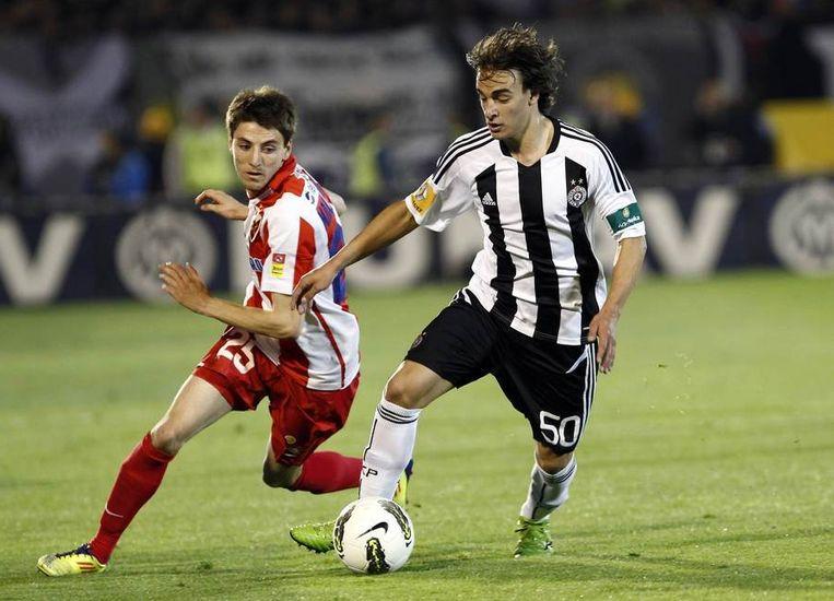 Sterspeler Lazar Markovic (rechts) van Partizan in de match tegen 'Rode Ster Belgrado', de tweede in de stand Beeld REUTERS