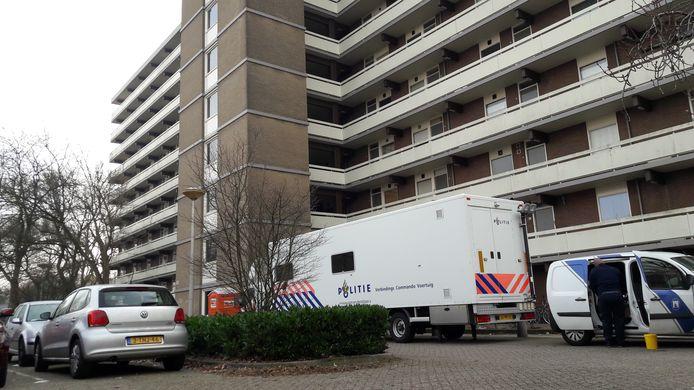 De technische recherche bivakkeert bij de flat van Peter Hovens aan de Lisztgaarde in Oss.