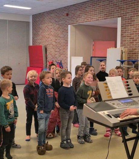 Enterse leerlingen zingen over hun blijdschap dat ze weer op school zijn