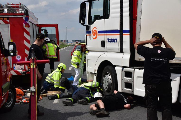 De toegesnelde brandweerlui kregen hulp en materiaal van de nabijgeleden bandencentrale Forrez om de trekker op te tillen en de vrouw (52) zo te bevrijden.