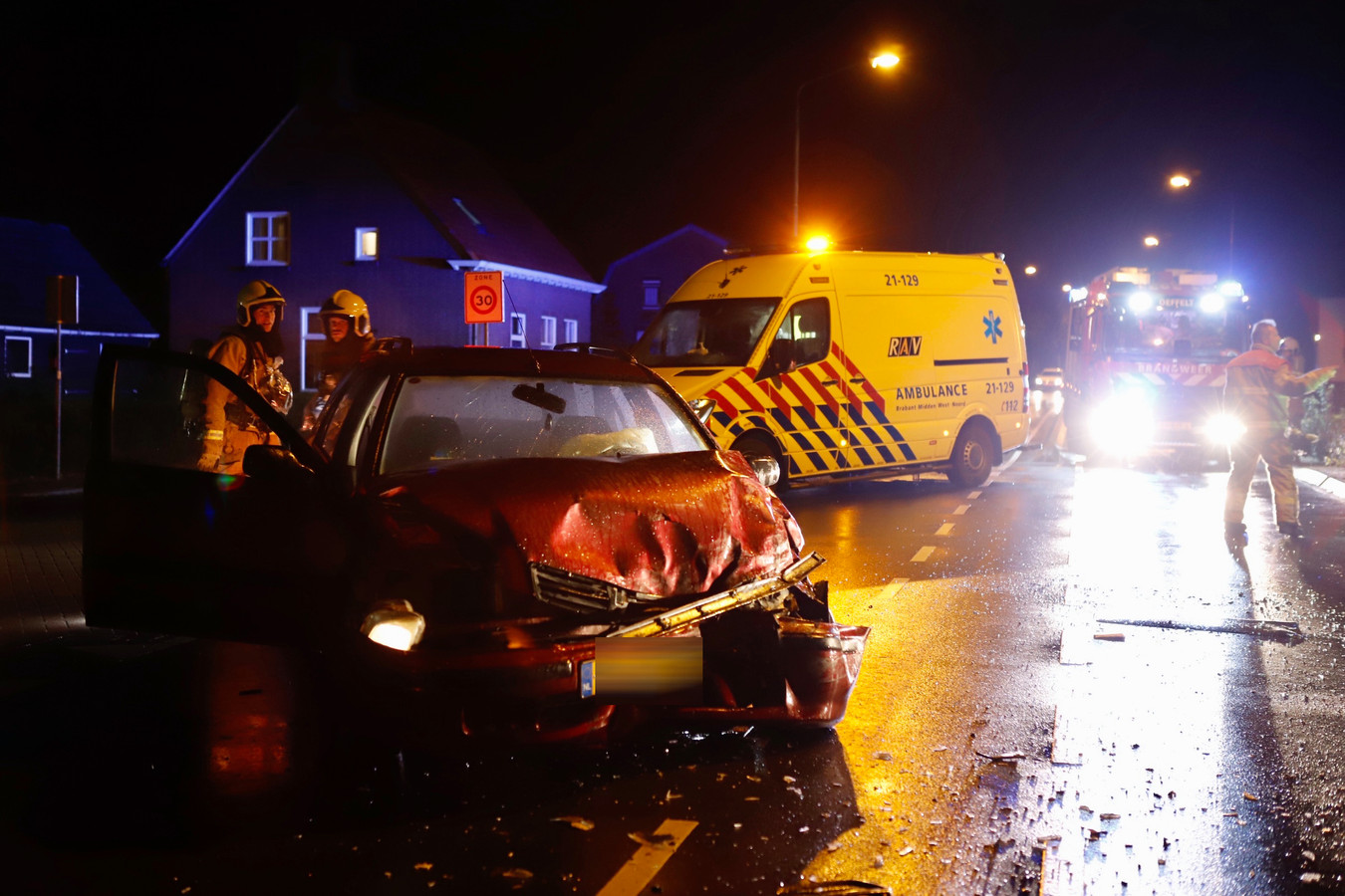Een van de zwaar beschadigde auto's na het ongeluk in Oeffelt.