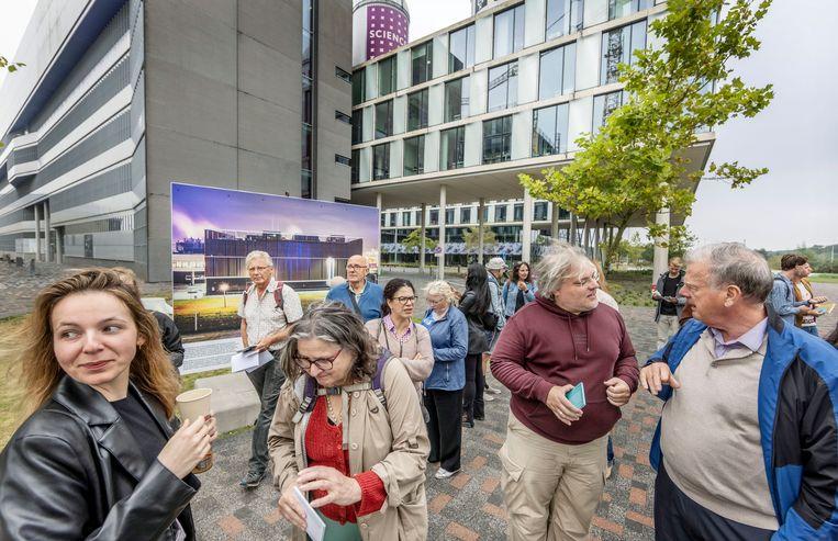 Bezoekers wandelen over het Science Park langs een van de eerste datacenters van Nederland. Beeld Jean-Pierre Jans