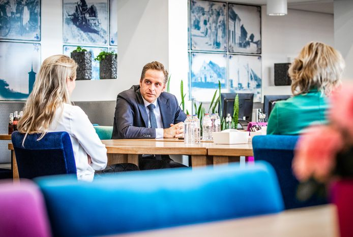 Minister Hugo de Jong ging eerder deze week op bezoek bij het hard getroffen woonzorgcomplex Sommelsdijk.