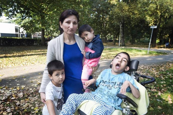 Zalina Badziyeva met haar zoon Iljez en twee van haar drie andere kinderen. Vader Aslan Bulguchev poseert niet uit angst voor repercussies in Ingoesjetië.