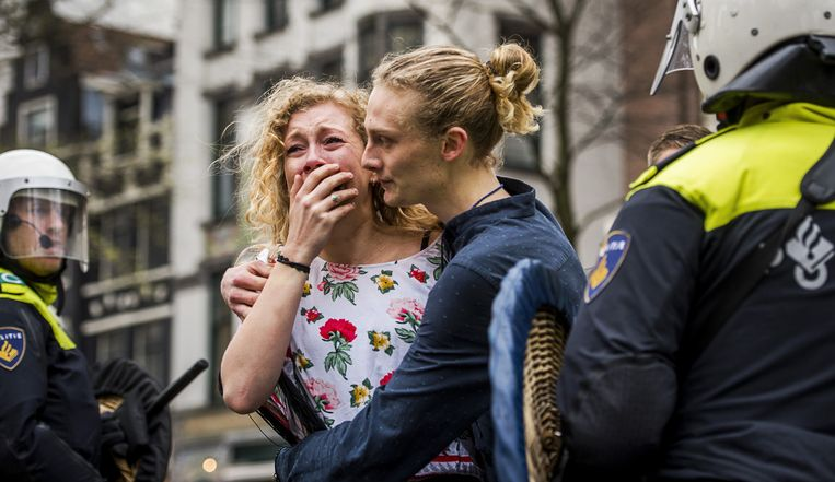 Een huilende studente tijdens de ontruiming van het Maagdenhuis door de ME Beeld anp