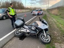 Motorrijder gewond na botsing op oprit N2, automobilist rijdt door