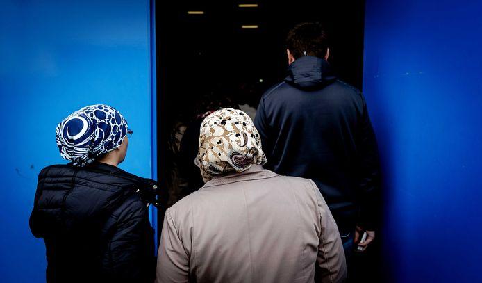 Stemgerechtigde Turken kunnen in sporthal De Scheg stemmen voor of tegen meer bevoegdheden voor president Erdogan.