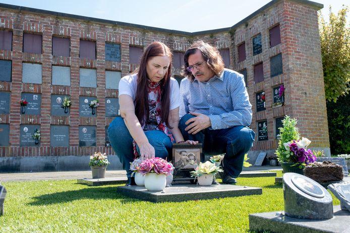 Elza Verswijver en Patrick Eyckmans bij het graf van Elza's ouders. Intussen werd ook Elza's moeder gecremeerd en niet begraven, omdat ze per se naast haar man wilde liggen.