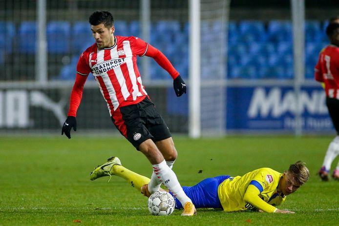 Joël Piroe in actie bij Jong PSV. Hij kwam niet tot scoren tegen SC Cambuur.