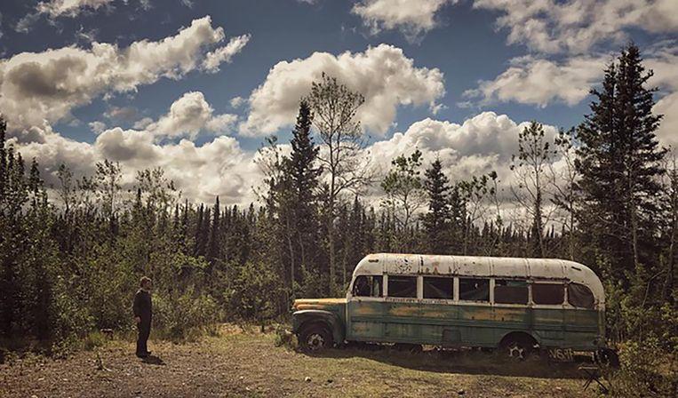'De film 'Into the Wild', over het leven van avonturier Chris McCandless, heeft mijn leven veranderd.' (Foto: Cognetti in Alaska bij de bus van McCandless.) Beeld 'The Big North'/Samarcanda Film