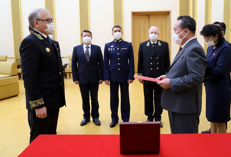 De Russische ambassadeur in Noord-Korea, Alexander Matsegora, links, overhandigde de herdenkingsmedaille voor Kim Jong-un aan de Noord-Koreaanse minister van buitenlandse zaken Ri Son-gwon. Beeld AP