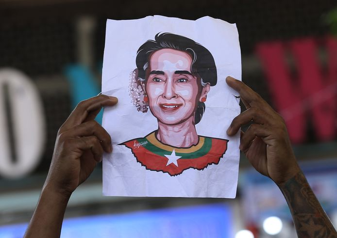 Demonstranten tonen een tekening van de afgezette Aung San Suu Kyi.
