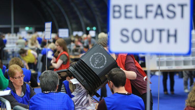 Stemmen worden geteld in de Noord-Ierse hoofdstad Belfast. Beeld EPA