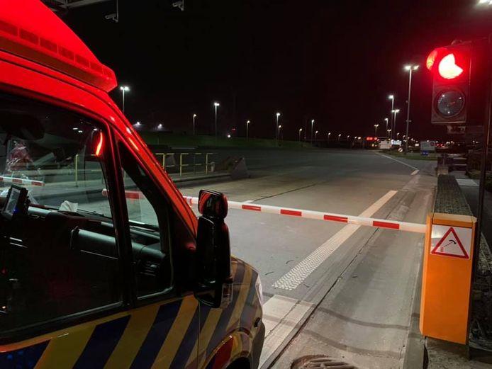 De Nederlandse ambulance voor de slagboom van de Liefkenshoektunnel bij Antwerpen.