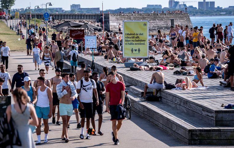 Drukte in het Zweedse Malmö. Het is vanaf nu verboden voor Belgen om naar Zweden te reizen. Beeld Reuters