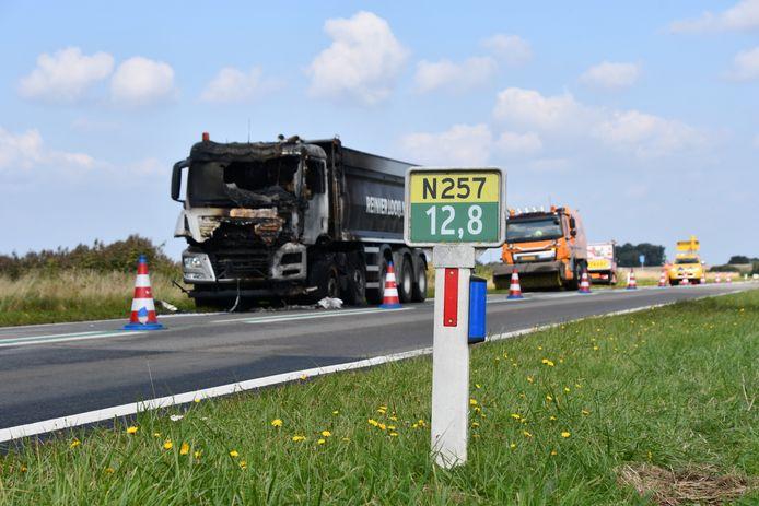 De uitgebrande vrachtwagen