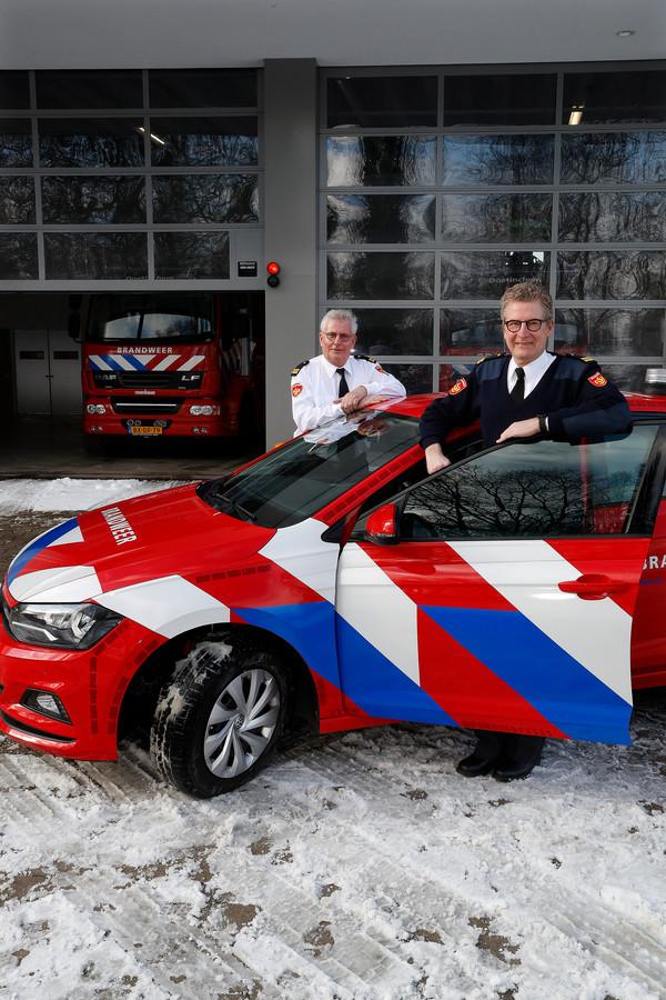 Brandweermannen Hennie van den Mosselaar (links) en Henk Heusinkveld nemen na tientallen jaren afscheid van hun werk.