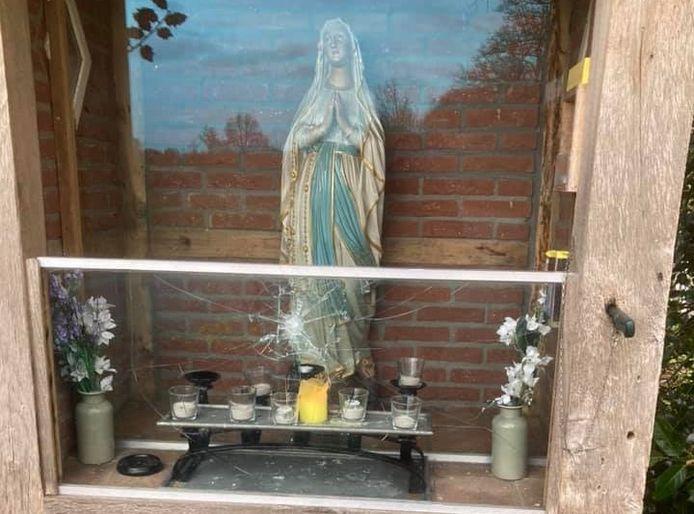 Het vernielde glasraam van het Mariakapelletje in buurtschap Berghum.