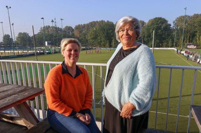 Danielle van de Kant (l), voorzitter van de jubileumcommissie en Marie-Thérèse Martin, al lid sinds 1957 op het terrein van hockeyclub Oranje-Rood.