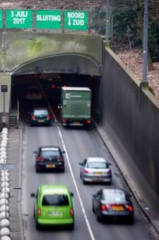 Vrachtwagen klem in tunnel Pleinweg