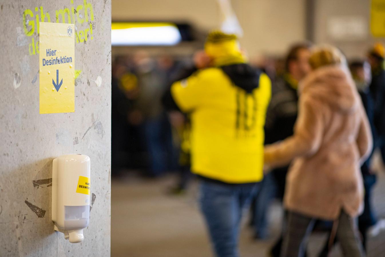 Desinfecteer-dispensers in het Signal Iduna Park van Borussia Dortmund.